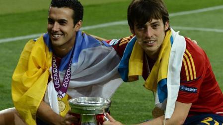 Pedro Rodríguez y David Silva con banderas oficiales de Canarias