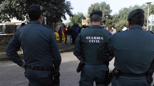 Agentes de la Guardia Civil frente a la casa donde se cometieron los asesinatos de Pioz