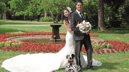 Una pareja realiza la sesión de fotografías de su boda con su mascota