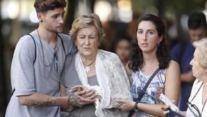Unos ciudadanos ayudan a uno de los heridos en el atentado de Barcelona