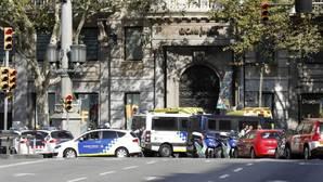 Efectivos policiales delante de El Corte Inglés de Barcelona