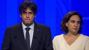 Carles Puigdemont junto a Ada Colau durante su comparecencia