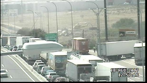 Los camiones accidentados en la A-4