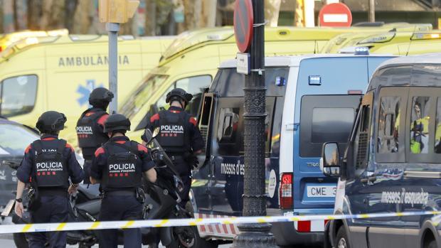 Efectivos policiales ayer en el atentado terrorista perpetrado en las Ramblas de Barcelona