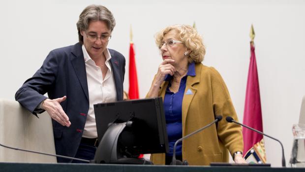 Marta Higueras junto a Manuela Carmena, durante un pleno en Cibeles