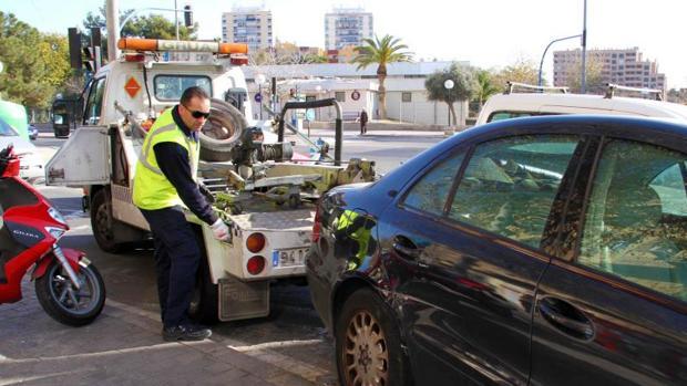 La grúa municipal retira un vehículo en Alicante