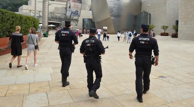 Agentes de la Ertzaintza custodian los alrededores del museo Guggenheim