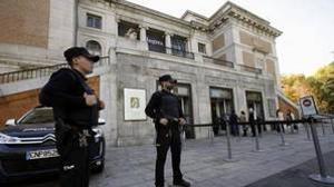 Agentes de Policía ante el Museo del Prado, en Madrid.