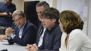 Puigdemont, en el centro, ayer durante la reunión de urgencia del Centro de Coordinación Operativa de Cataluña (CECAT