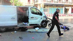 Una de las víctimas tendida en el suelo junto a la furgoneta empleada en el ataque