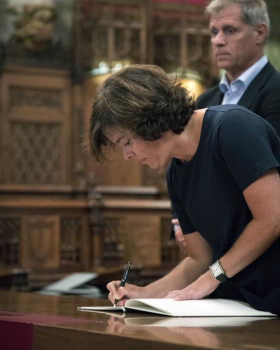 La vicepresidenta del Gobierno firma en el libro de condolencias