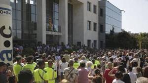 Ciudadanos de la localidad de Cambrils guardan cinco minutos de silencio frente al Ayuntamiento