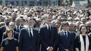 El Rey, Rajjoy y Puigdemont presidieron el minuto de silencio de este jueves en la Plaza Cataluña de Barcelona