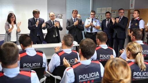 Puigdemont visita la comisaría de Cambrils para agradecer a los mossos su reacción
