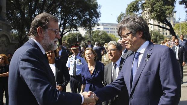 Saludo entre Rajoy y Puigdemont el jueves antes de participar en el acto de la Plaza Cataluña