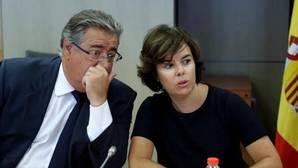 Juan Ignacio Zoido y Saénz de Santamaría durante la reunión del gabinete de crisis de este jueves en Barcelona