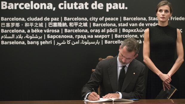 El Rey firma en el libro de condolencias