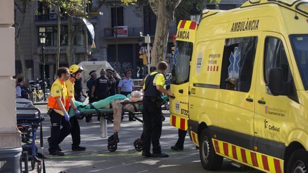 Los servicios de emergencias atienden a las víctimas del atropello masivo
