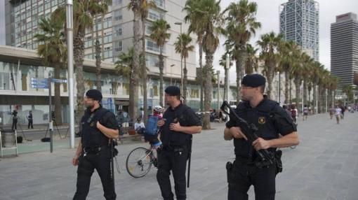 Unos mossos patrullan las calles de la capital catalana ante la amenaza yihadista
