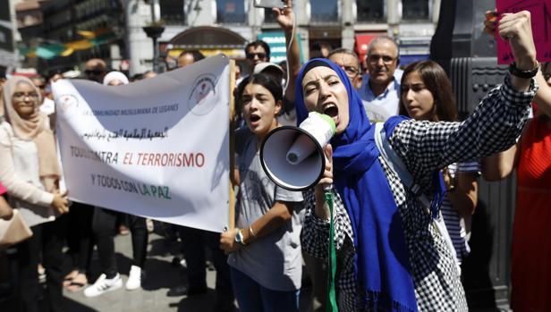 Grupo de mujeres musulmanas durante la concentración convocada por centro cultural islámico de Fuenlabrada en la Puerta del Sol de Madrid para condenar los atentados yihadistas perpetrados en Barcelona y Cambrils (Tarragona)