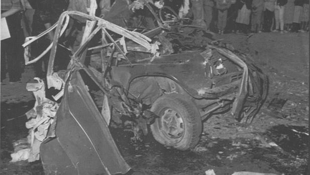 Estado en el que quedó el coche bomba, un seat 124, que estacionado en un paso de cebra del Paseo de la Inmaculada de Estella, contenía 25 kilogramos de amonal y 40 de metralla