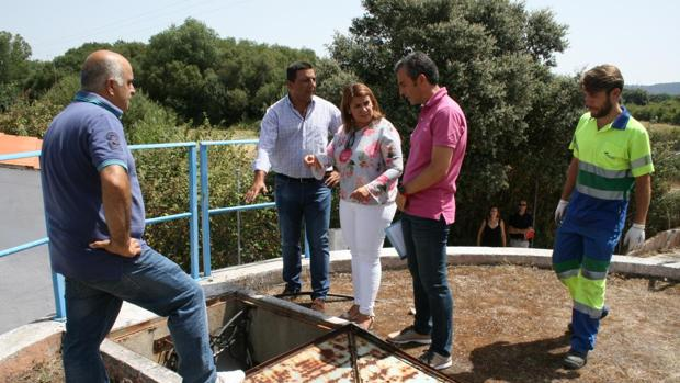 Agustina García Élez y José Carlos Sánchez durante su visita a los depósitos