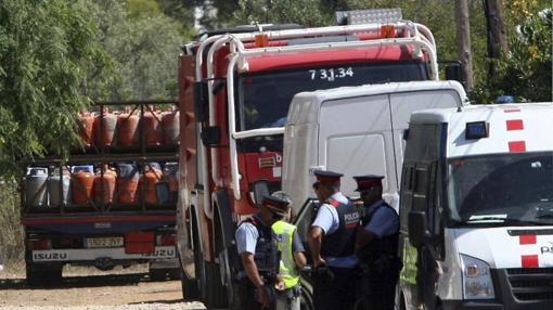 Un camión retira parte de las 120 bombonas de butano halladas en el chalet de Alcanar
