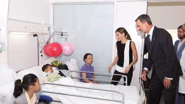 Los Reyes, durante su visita a las víctimas del atentado