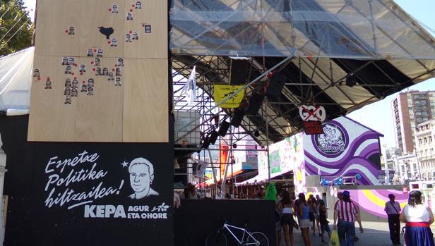 Varias casetas han expuesto imágenes de los presos de ETA