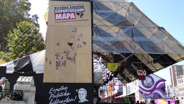 Una «txosna» de la Semana Grande bilbaína exhibe el mapa de dispersión de los presos de ETA