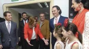 Emiliano García-Page y José Luis Blanco (al fondo con barba) en una visita de la presidenta andaluza, Susana Díaz, a Azuqueca de Henares