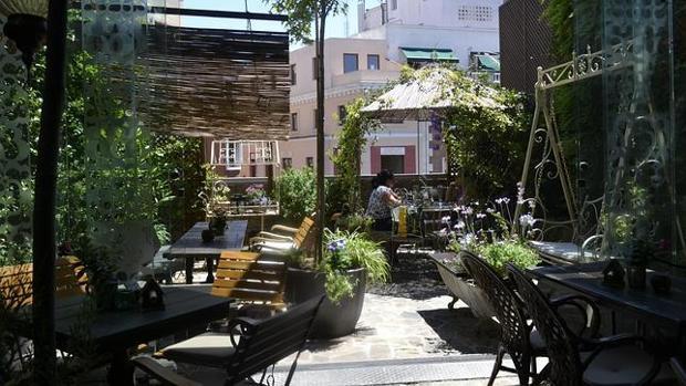 Un oasis en el coraz n de la capital para comer ignorando for Cancion secretos en el jardin
