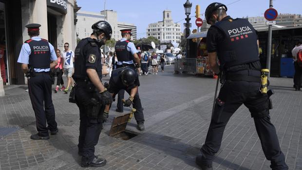 Los Mossos inspeccionan la zona de la manifestación