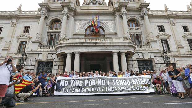 Concentración celebrada este sábado en las puertas del Ayuntamiento de València