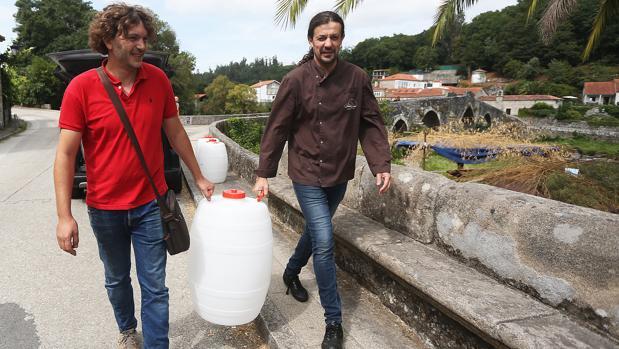 Abastecimiento de agua en bidones para el restaurante Ponte Maceira, en Ames