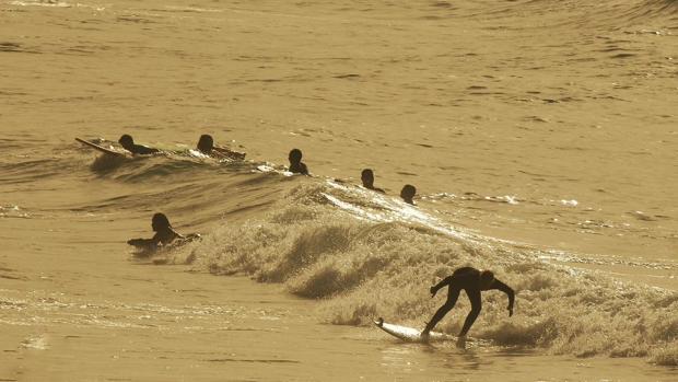 Deportistas en una playa de Canarias