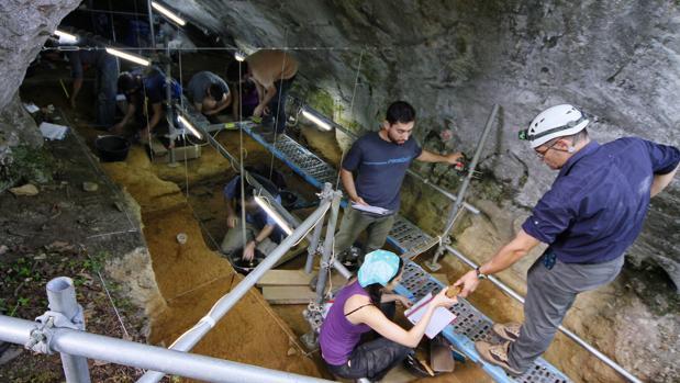 Personal encargado de las labores de investigación en Cova Eirós