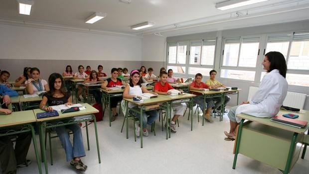 Una profesora dando clase a sus alumnos en Toledo