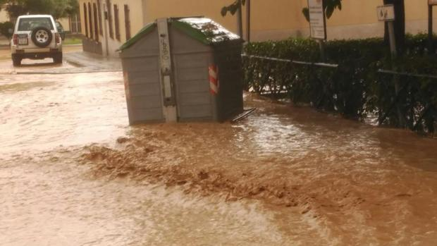 Un contenedor, en una calle inundada de la ciudad de toledo