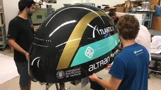 Imagen de los estudiantes valencianos con el prototipo de Hyperloop