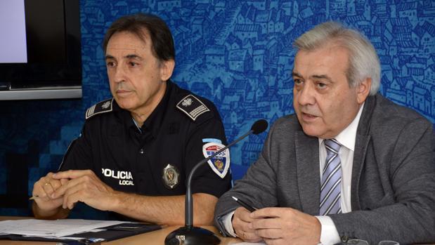 Juan José Pérez del Pino junto al inspector de Policía Local, Antonio Sánchez Palencia
