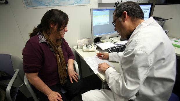 Un profesional sanitario duirante una consulta con una paciente