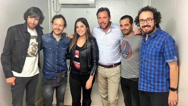 Los miembros de la banda «La Oreja de Van Gogh», junto al alcalde de Valladolid, Óscar Puente, minutos antes de empezar el concierto