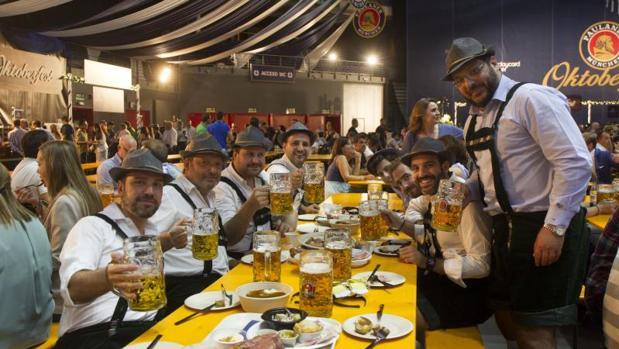 Varios individuos disfrutan de una cerveza en la Oktoberfest del Wizink Center