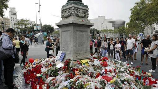 Flores depositadas en las Ramblas en recuerdo de las víctimas