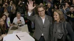 Artur Mas y sus esposa, tras votar en la consulta ilegal del 9-N de 2014