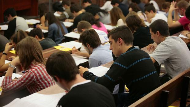 Alumnos se examinan de Selectividad en la Facultad de Económicas de la Universitatt de Barcelona