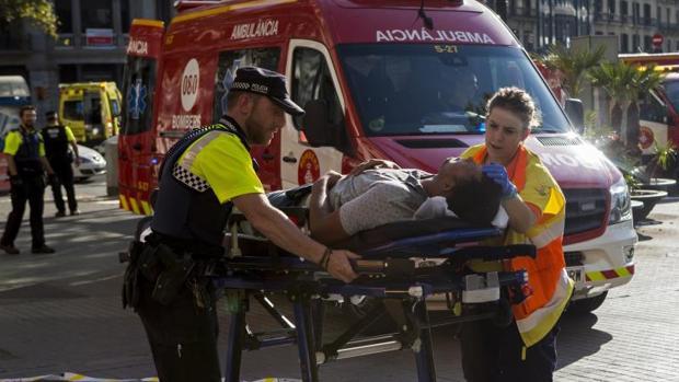 Traslado de uno de los heridos por el atentado ocurrido en las Ramblas de Barcelona