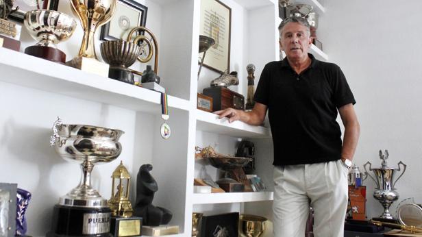 González, en su casa, rodeado de trofeos