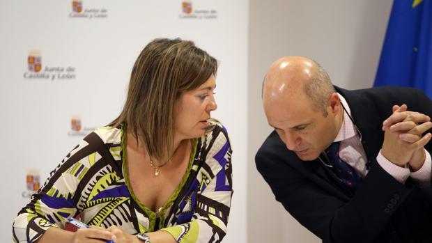 Milagros Marcos conversa con el director general de Producción Agropecuaria e Infraestructuras Agrarias, Jorge Llorente, en una imagen de archivo
